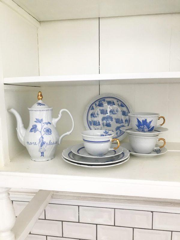 porcelanski cajnik i soljice sa plavim motivom