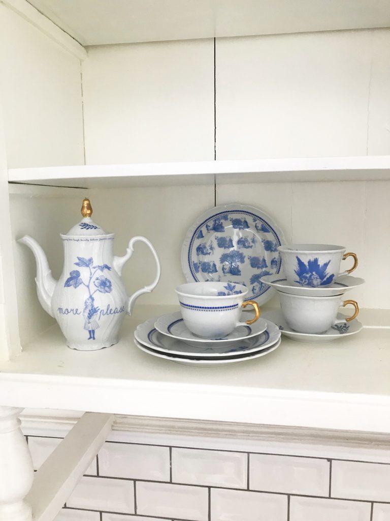 porcelanski cajnik i soljicesa plavim motivom